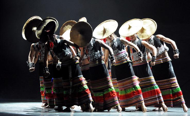 """傣语叫""""戛洛涌""""、""""烦洛涌""""或""""戛楠洛""""。这是傣族人民最为喜闻乐见的舞蹈,流传于云南德宏傣族景颇族自治州和西双版纳傣族自治州境内。 富饶美丽的傣乡,素有""""孔雀之乡""""的美称,过去每当晨曦微明或夕阳斜照时,常见姿态旖旎[y n]的孔雀翩翩起舞,因此,孔雀在傣族人民心中是吉祥、幸福、美丽、善良的象征。每逢佳节,傣族人民都要云集一堂,观看由民间艺人表演的根据民间故事、神话传说,以及佛经故事等编成的孔雀舞及表现孔雀习性"""