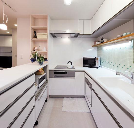 厕所和厨房挨着公用后阳台设计图展示